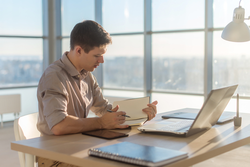エンジニアがおすすめの机5選!自宅でのデスクの作業環境はこれで決まり!