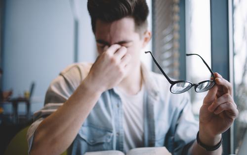 パソコンでの目の疲れを軽減するアイテム10選と予防方法!